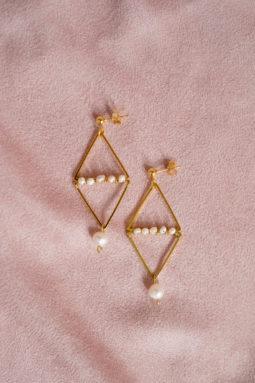 Geometryczne kolczyki z perłami